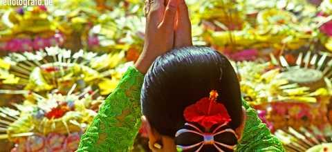 Frau in Tempel auf Bali
