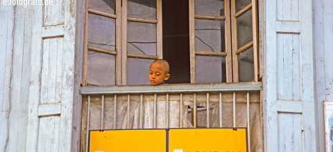 Kind auf Balkon in Burma