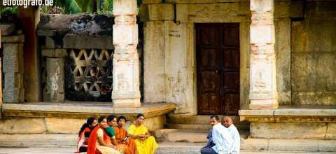 Gruppe vor Tempel in Indien