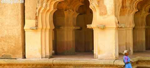 Frau vor Tempel in Indien