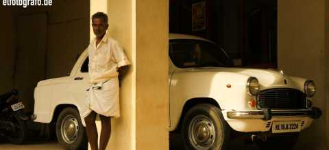 Mann in Garage in Indien