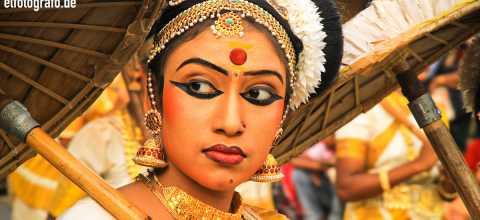 Frau in Tracht auf Indien
