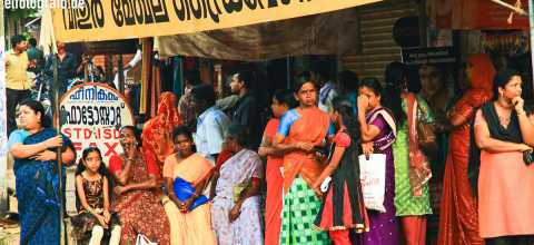 Frauen an Busstation in Indien