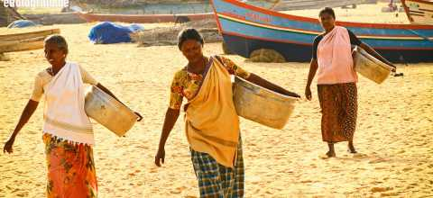 Frauen am Strand in Indien