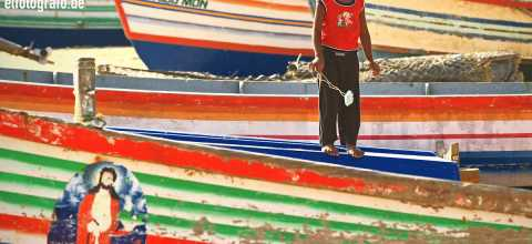 Junge auf Fischerboot in Indien