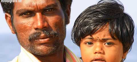 Mann mit Kind in Indien