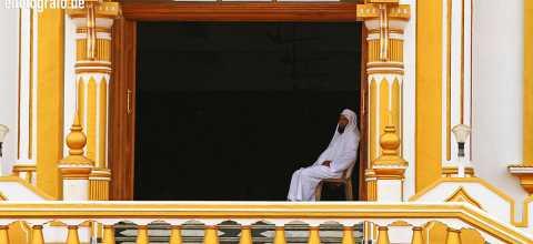 Mann im Eingang von Moschee in Indien