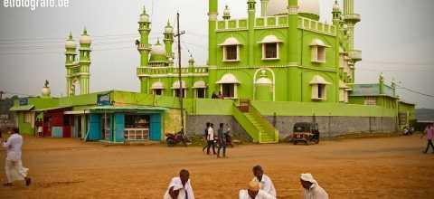 Männer vor Moschee