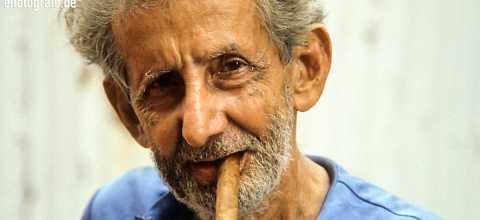 Mann mit Zigarre auf Kuba