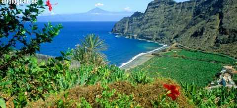 Küste von La Gomera mit El Teide im Hintergrund