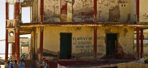 Schülergruppe vor Ruine auf Madagaskar