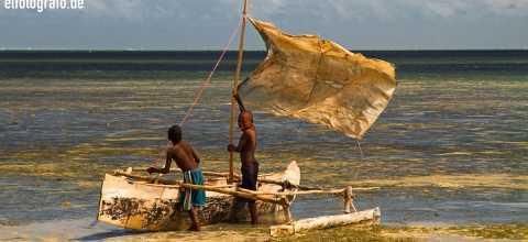 Kinder mit Boot auf Madagaskar