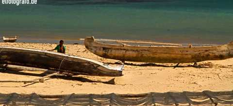 Kind mit Boot auf Madagaskar