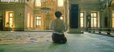 Mann in Moschee in Marokko