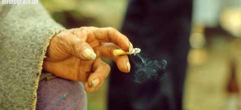 Hand mit Zigarette in Südamerika