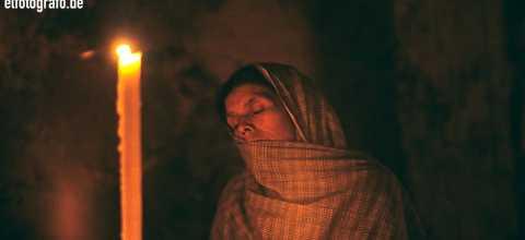 Frau in Kirche in Südamerika