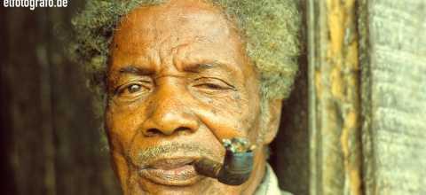 Mann mit Pfeife in Südamerika
