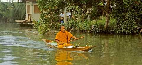 Mönch auf Fluss im Thailand