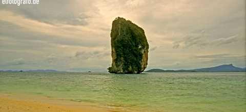 Felsen vor Strand in Thailand