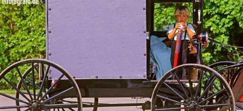 Junge auf einem Amish trailer in Pennsylvania